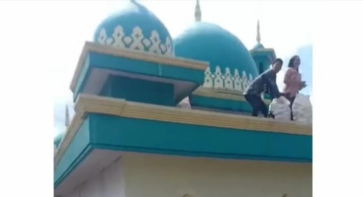 Heboh Video Orang Bagi-bagi Mie Instan dari Atas Masjid! Netizen: Gak Ada Cara Lain?