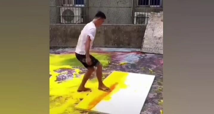 Di Luar Nalar, Pria Ini Melukis Gunakan Sandal dan Kain Pel Membuat Netizen Terpukau!