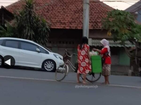 Pedagang Jamu Melayani Pembeli di Tengah Jalan! Netizen : Hanya Ada di Pekalongan