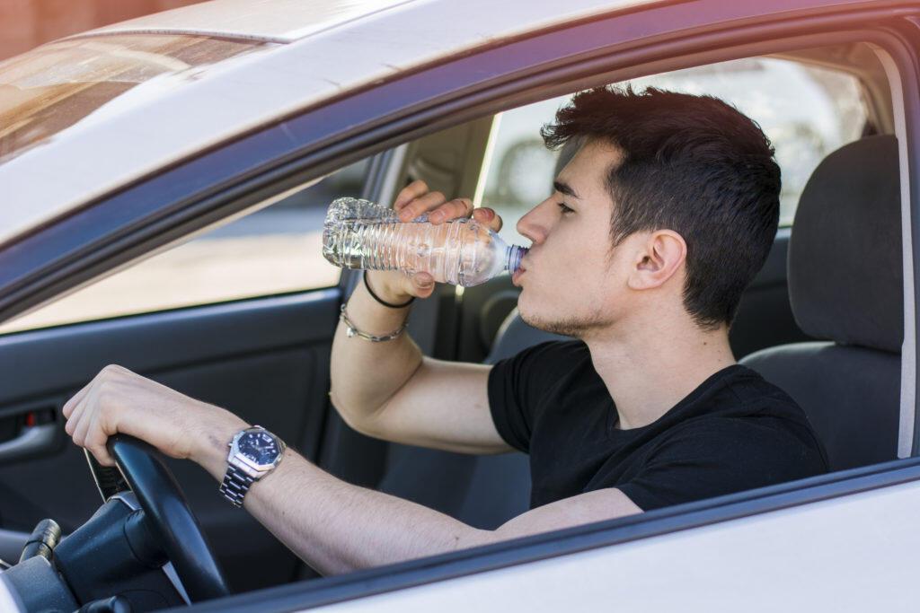 Amankah Minum Air dari Botol Plastik yang Sudah Hangat?