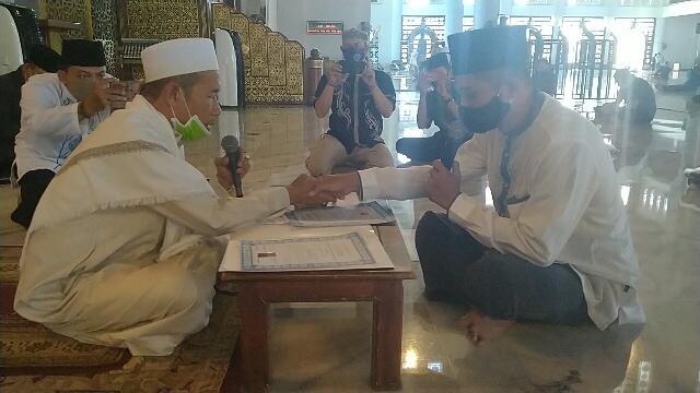 Bryan dan Ronaldo, Dua Milenial Masuk Islam di Masjid Al-Akbar Surabaya