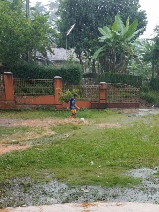 Nggak Hanya Orang Tua, Anak Kecil Ini Juga Suka Bola, Zulfikar Namanya
