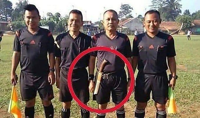 Fun Football yang Katro! Ga Usah Sampe Cederain Wasit Lah!!