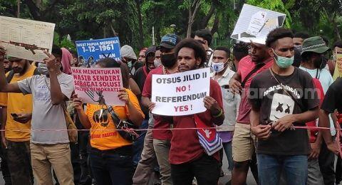 Protes di Kantor Kemendagri, Warga Papua: Otsus No! Referendum Yes!