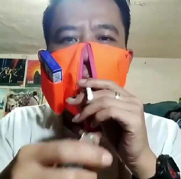 Praktekin Cara Merokok Saat Gunakan Masker Khusus! Pria ini Bikin Netizen Ngakak!