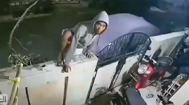 """Seorang Pria Manjat Tembok Gagal Mencuri Setelah Melihat CCTV! """"Eh Ada CCTV"""""""