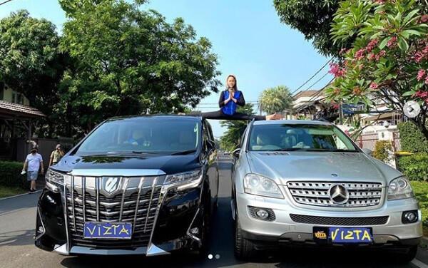 Selangkangan nggantung, Inul Daratista Pamer Split Di Atas 2 Mobil