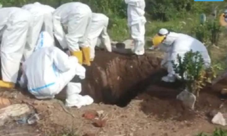 Warga Tak Pinjamkan Cangkul, Petugas Kuburkan Jenazah Covid-19 Pakai Tangan