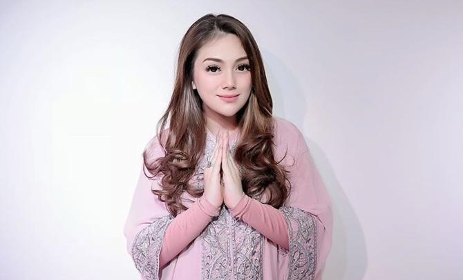 Tulis Kalimat Bismillah, Celine Evangelista Bikin Warganet Penasaran