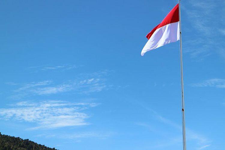 Konyol Banget! Sopir Angkot di Sukabumi Terbalik Pasang Bendera Merah Putih