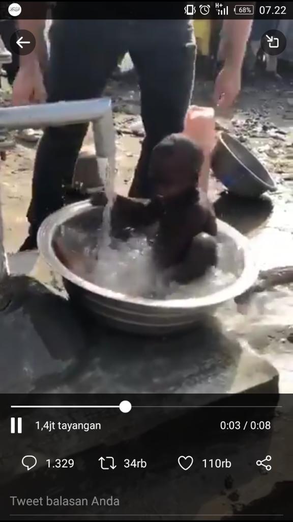 Beginilah Rasa Bahagia Anak Kamerun Saat Mandi Pertama Kali dengan Air Bersih