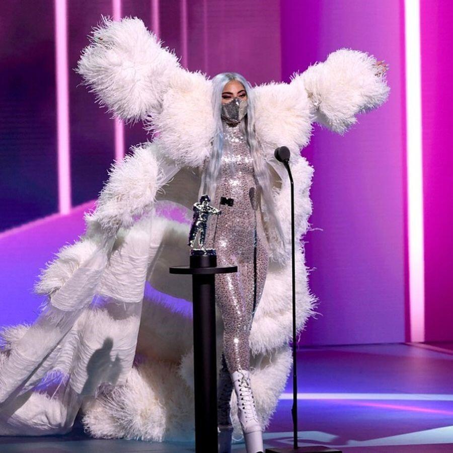 9 Kali Ganti Baju, Lady Gaga Hadiri MTV VMA 2020 dengan Serangkaian Busana Unik!