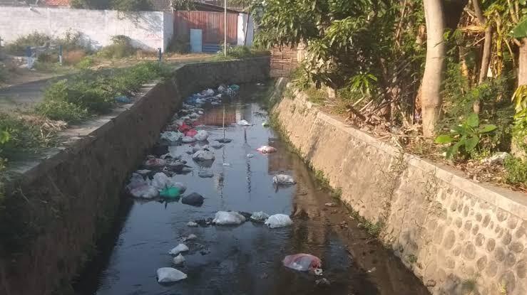 Buang Popok ke Sungai, Agar Bayi tak Panas | Mitos atau Fakta?