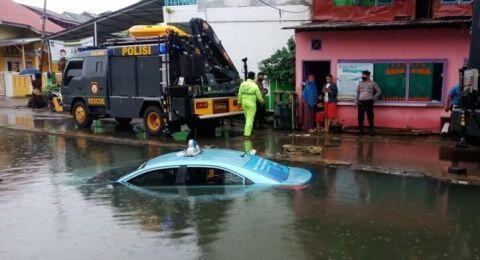 Air Meluap Dikira Jalanan, Taksi Mau Jemput Orang Malah Nyemplung ke Kali
