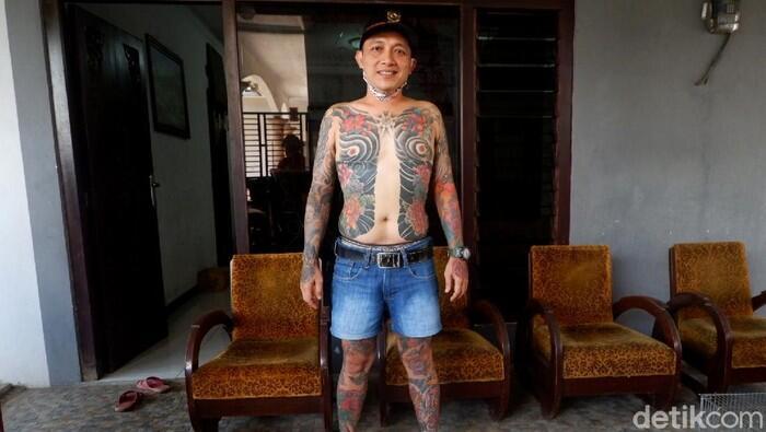 Bak Yakuza, Kades Ini Pamer Tubuh Penuh Tato
