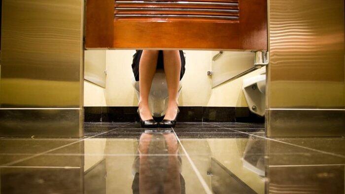 Siapa Sangka! Ternyata Ini Alasan Mengapa Ada Pintu Toilet Yang Tidak Tertutup Penuh!