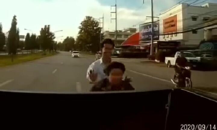 Konyol, Dua Pemuda Pengendara Motor Ini Nyungsep Di Atas Mobil karena Meleng!