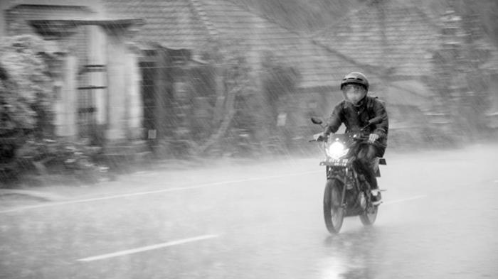 Boleh Gak sih Motor Ngerem Pakai Rem Depan Saat Hujan?