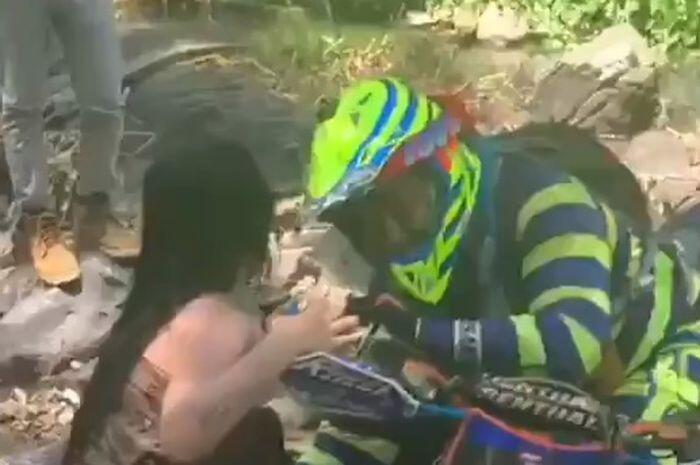 Viral Pengendara Motor Trail Tega Sentuh Area Sensitif Wanita Berkemben di Sungai