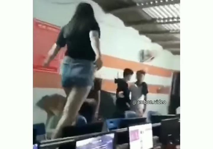 Marah Tak Terkendali, Perempuan Ini Merusak Warnet Dan Nyaris Bugil Di Atas Meja!