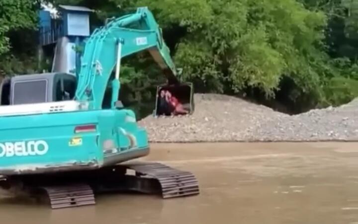 Tak Ada Jembatan Ekskavator Pun Jadi, Emak-emak Ini Sebrangi Sungai Dengan Cara Unik!