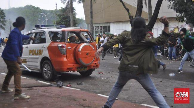 Demo Ricuh di Palembang, Mobil Polisi Dirusak Massa
