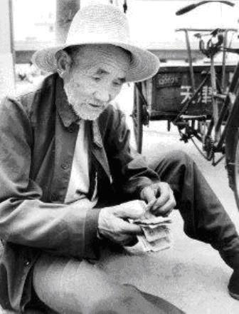 Bai Fangli, Tukang Becak yang Menyumbang Ratusan Juta untuk Anak-Anak Miskin.
