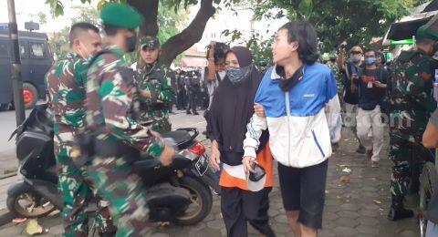Jemput Anaknya yang Ikut Demo, Emak-emak: Cari Uang Susah!