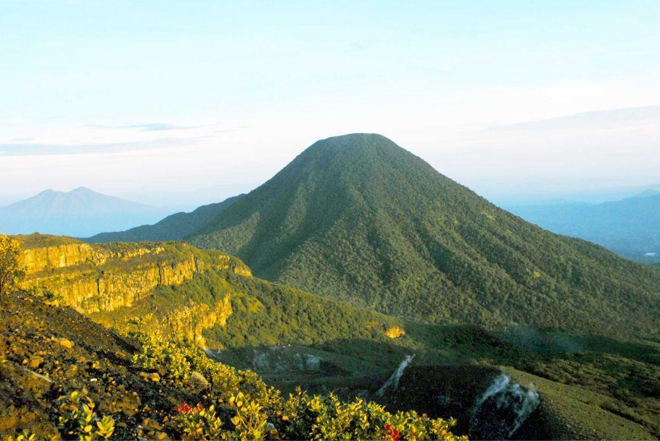 Viral 2 Pendaki Foto Telanjang di Gunung Gede Pangrango, Mengaku untuk Keperluan ....