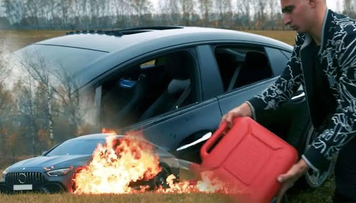 Heboh! Kesal, YouTuber Ini 'BAKAR' Mobil Mewah Untuk Konten !