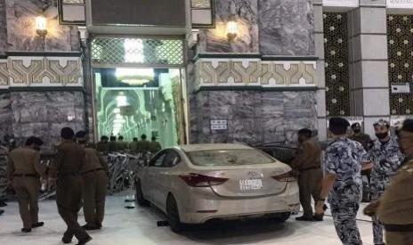 Mobil Sedan Masuk Masjidil Haram dan Tabrak Gate 89
