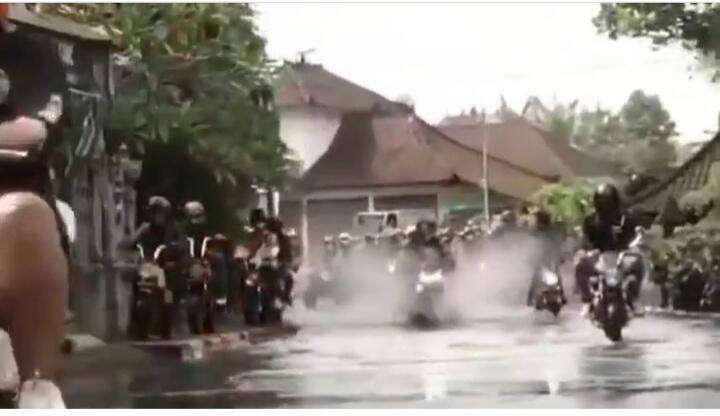 Aksi Raja Jalanan, Emak Ini Terobos Genangan Air Tanpa Permisi di Tengah Pawai Moge!