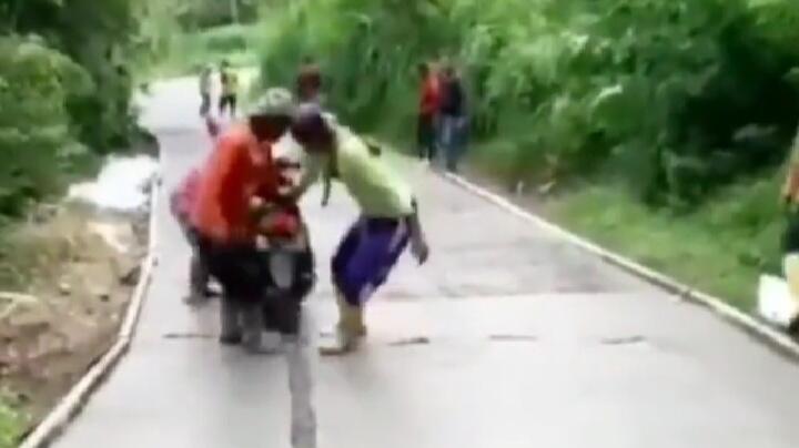 Bikin Netizen Geram, Pemuda Ini Menerobos Jalan Baru Dicor dan Terjebak di Atasnya!