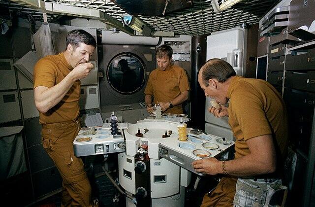 Astronot Makan Ini Diluar Angkasa...