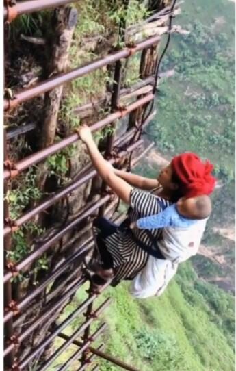 Penduduk Desa Harus Turun Dengan Tangga Baja Setinggi 800 Meter Untuk Berpergian