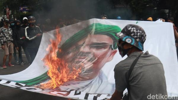 Demonstran Bakar Baliho Habib Rizieq di Bandung