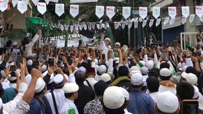 Kerumunan Rizieq Dapat Tes Swab Gratis, Publik Protes: Kita yang Bayar!