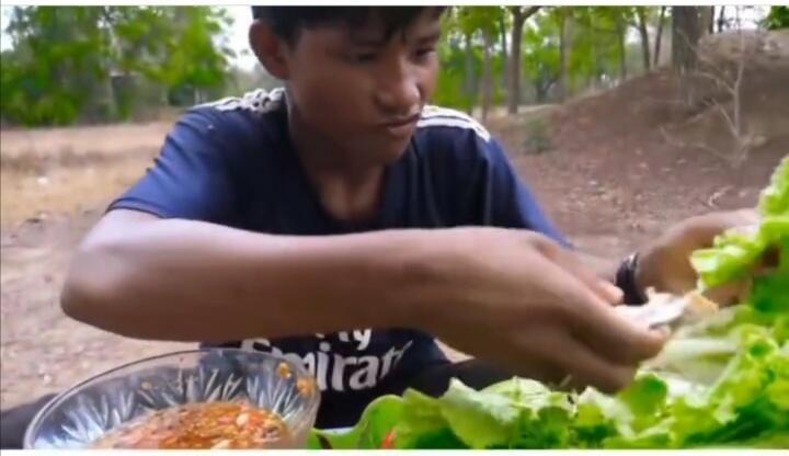 Kuliner Ekstream Khas Thailand, Pemuda Ini Makan Buaya Panggang Tanpa Rasa Jijik!