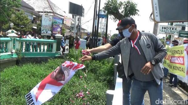 Aksi Dibubarkan Polisi, Massa Larung Poster Habib Rizieq ke Sungai