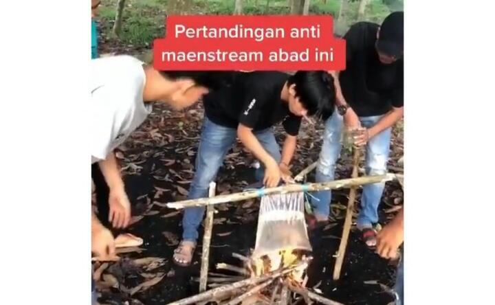Tuai Kecaman Netizen+62, Para Pemuda Ini Mengadu Cupang di Atas Bara Api! Kok Tega?