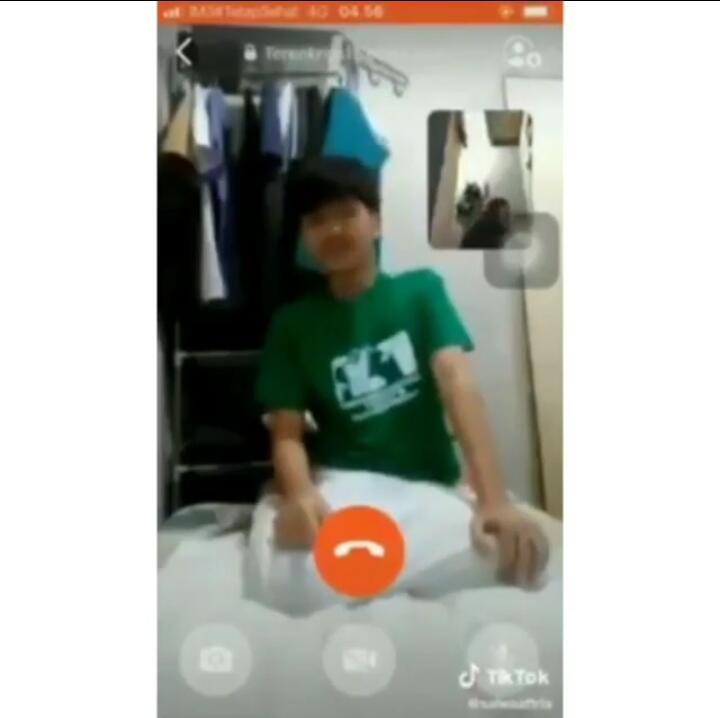 Viral!Dua Sejoli Salat Berjamaah Lewat Video Call Dan Salaman Online