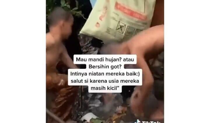 Salut, Viral Dua Bocah Bersihkan Selokan dari Sampah Sambil Main Hujan! Koruptor?