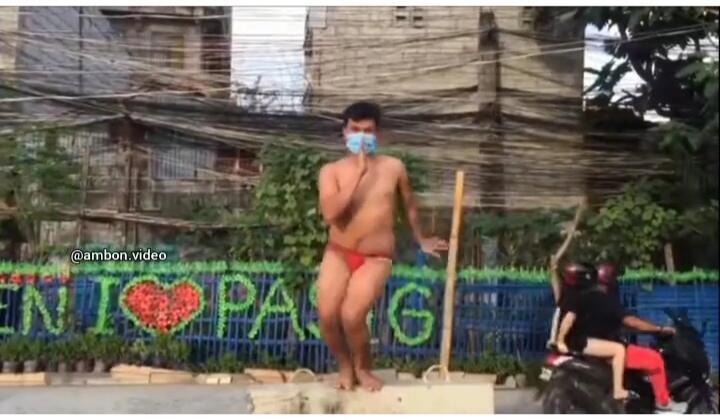 Heboh Video Seorang Pria Menari di Tempat Umum Hanya Kenakan CD, Bikin Netizen Geli!