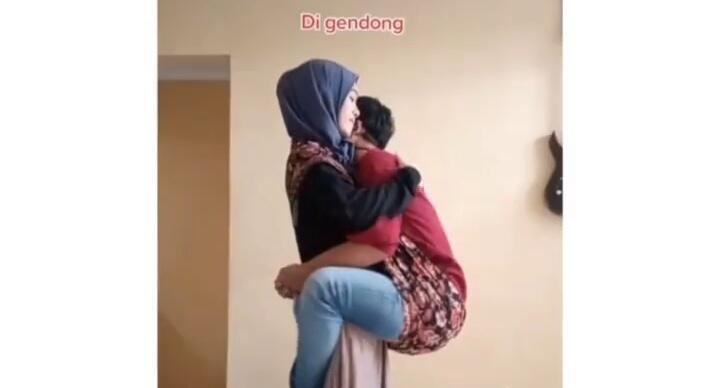 Lucu, Video Seorang Perempuan Ajarkan Cara Manjain Suami! Kok Main Kuda-kudaan?
