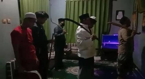 Beredar Video Sholat Berjamaah dengan Pedang dan Seruan Jihad