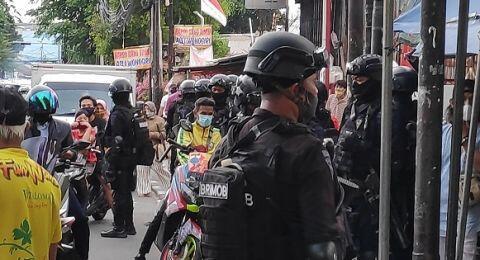 Penasaran Banyak Brimob Bersenjata di Rumah Rizieq, Warga: Ada Apa Sih?