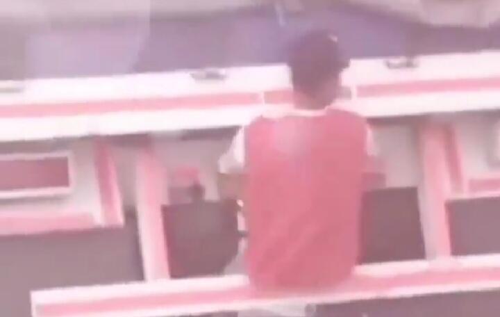 Ngeri, Video Seorang Bocah Menumpang di Belakang Bak Truk Gandeng! Berbahaya Nggak?