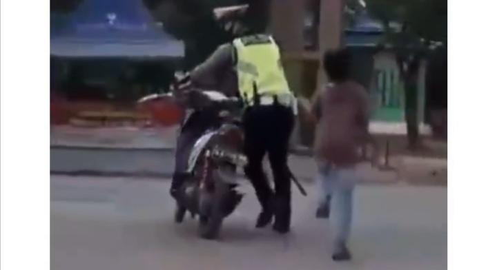 Ditilang karena Tak Pakai Helm dan Tidak Punya SIM, Bocah Ini Merengek Banting Motor!