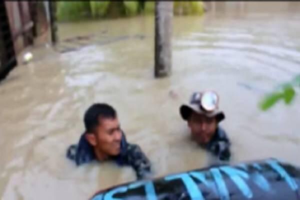 Dramatis, Prajurit TNI AL Selamatkan Lansia Kritis Terkepung Banjir di Aceh Utara