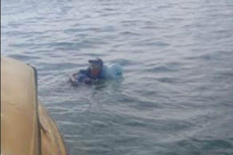 Pria Nekat Berenang dengan 2 Galon Dari Balikpapan Menuju Malang
